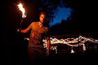 Зажжённый факел в руках мужчины — звук факела скачать