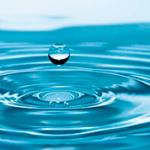 капля падает в воду, на которой предыдущая капелька оставила круг —звук капли