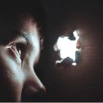Мальчик спрятался в картонной коробке и со страхом наблюдает через дырочку— в любую секунду может прозвучать звук скримера