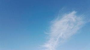 Звук легкого ветра — на картинке чистое небо с легким облачком