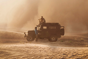 Люди на машине записывают звук ветра в пустыне