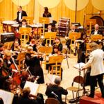 Звук настройки оркестра перед концертом — музыканты в зале