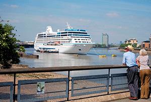 Океанский лайнер заходит в порт — гудок парохода, лайнера