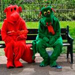 Два человека в смешных костюмах сидят на скамейке — смешные звуки смеха