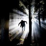 Человек убегает от страшных звуков леса
