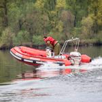Надувная моторная лодка на воде в движении