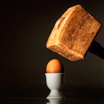 Огромный молоток навис над хрупким вареным яйцом — иллюстрация к публикации «Смешные звуки ударов»