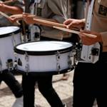 Стучат в барабаны на марше — звук барабанной дроби
