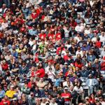 Звук болельщиков на стадионе — болельщики занимают весь кадр разноцветной толпой