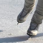 Звуки катания на коньках — крупно ноги в коньках на льду