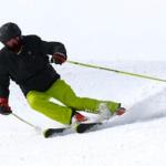 Лыжник спускается с горы — звук лыжи по снегу