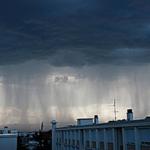 С грозового неба льются потоки дождя — иллюстрация к записи «Скачать звуки дождя и грома»