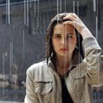 Звук дождя скачать бесплатно — на картинке девушка под дождем