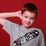 Мальчик чешет затылок в поиске ответа — иллюстрация к публикации «Звуки для викторины»