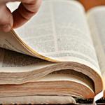 Пальцы руки приподняли страницу книги — звуки перелистывания страницы