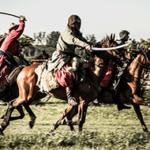 Звук битвы на лошадях — всадники с оружием