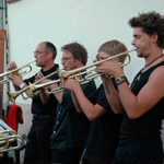 Музыканты играют на трубах — иллюстрация к публикации «Скачать фанфары на выход»