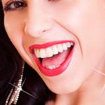 Девушка ослепительно улыбается и сверкает украшениями — иллюстрация к публикации «Звук блеска для монтажа»