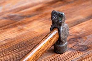 Молоток лежит на деревянном полу — иллюстрация к публикации «Звук молотка скачать»